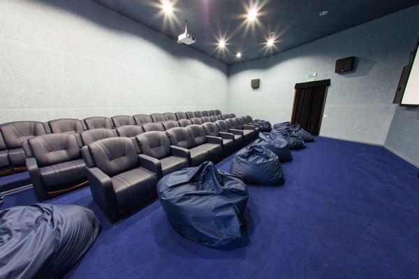 kreslo-meshok-v-kinoteatre