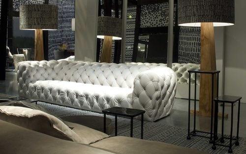 Белый кожаный диван в каретной стяжке