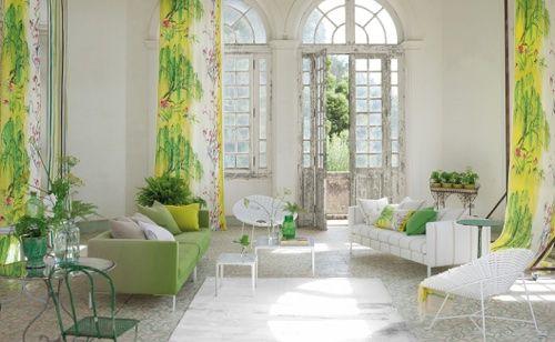 Гостиная в светлых бело-зеленых оттенках