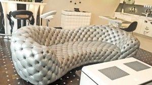 Кожаный диван в гостиной в каретной стяжке
