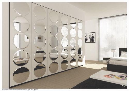 Декоративные круглые зеркала в интерьере гостиной