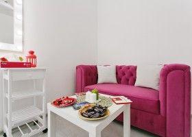 розовый диван со столиком