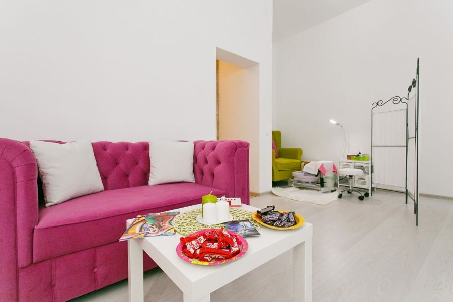розовый диван в белой комнате