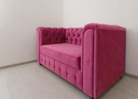 диван розовый